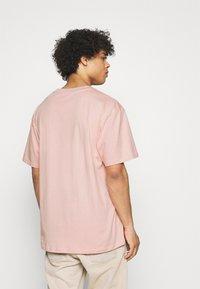 Karl Kani - SMALL SIGNATURE TEE UNISEX  - Print T-shirt - rose - 2