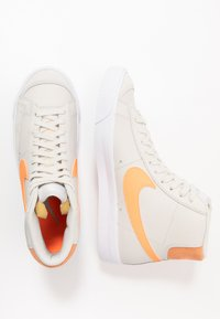Nike Sportswear - BLAZER  - Korkeavartiset tennarit - light bone/total orange/orange trance/white - 2