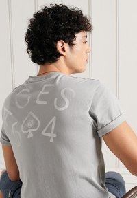 Superdry - MILITARY NON BRANDED GRAPHIC  - T-Shirt basic - skylark - 1