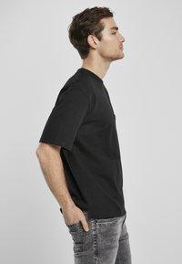 Urban Classics - HEAVY BOXY POCKET TEE - T-shirt - bas - black - 2