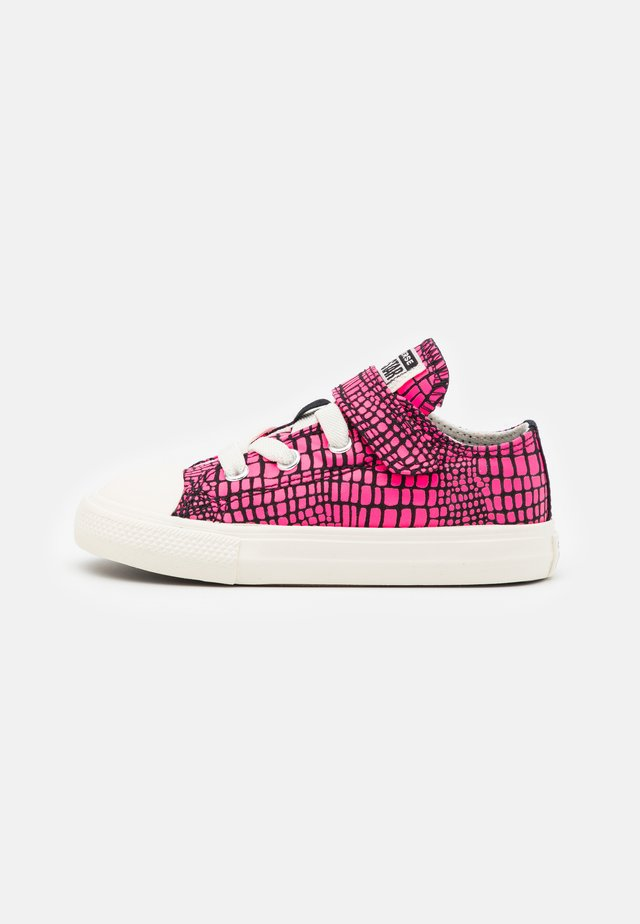 CHUCK TAYLOR ALL STAR CROC PRINT UNISEX - Trainers - hyper pink/black/egret