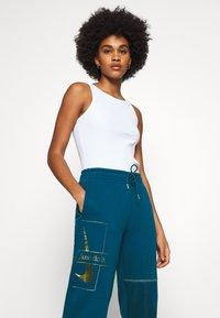 Nike Sportswear - PANT - Tracksuit bottoms - valerian blue/deep ocean/metallic gold - 4