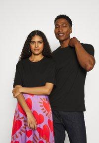 YOURTURN - 2 PACK UNISEX - T-shirt - bas - purple/black - 3