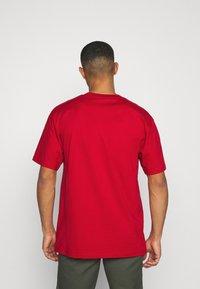 Karl Kani - SMALL SIGNATURE TEE UNISEX - Print T-shirt - dark red - 2