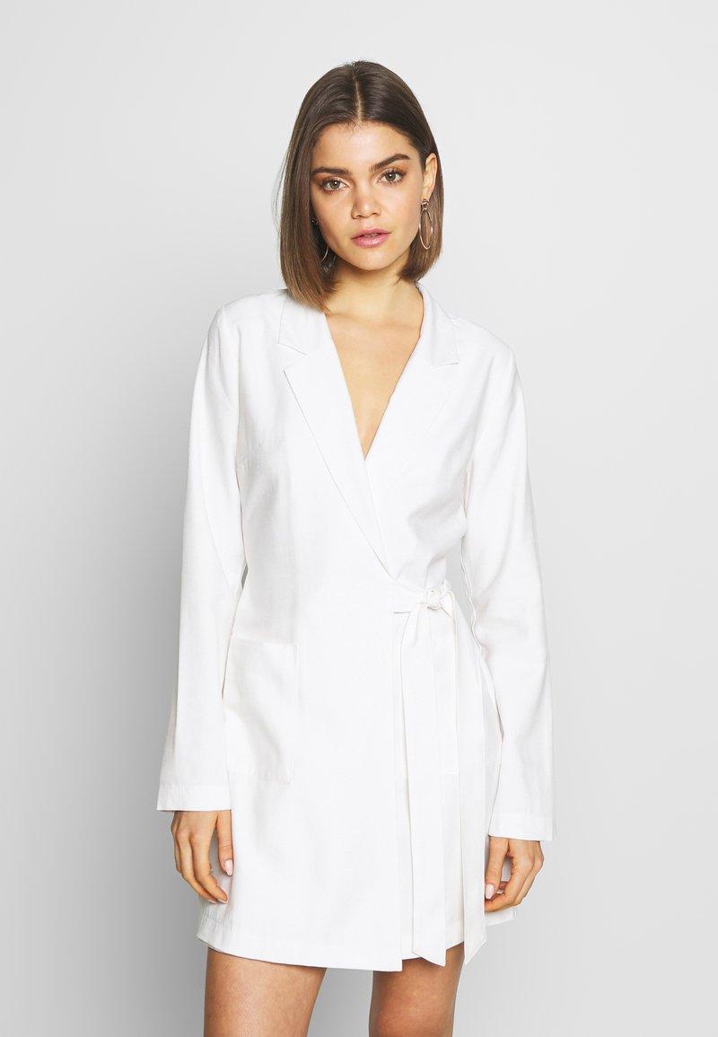 Nly by Nelly - WRAP SUIT DRESS - Denní šaty - white