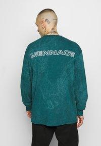 Mennace - ACID WASH BACK - Long sleeved top - teal - 2