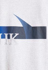Han Kjøbenhavn - BOXY TEE - Print T-shirt - grey melange - 5