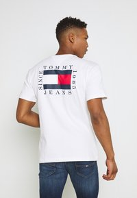 Tommy Jeans - BOX FLAG TEE - Printtipaita - white