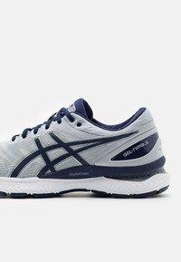 ASICS - GEL NIMBUS 22 - Neutral running shoes - piedmont grey/peacoat - 5