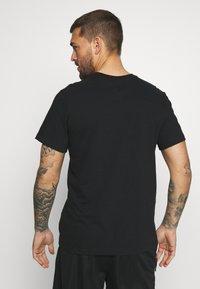 Nike Performance - NBA MILAUKEE BUCKS LOGO TEE - Klubbkläder - black - 2
