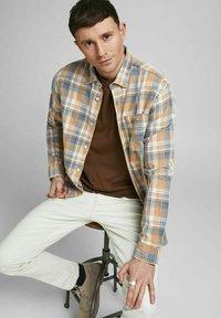 Jack & Jones PREMIUM - Shirt - sudan brown - 4