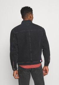 Tommy Jeans - TRUCKER JACKET UNISEX - Veste en jean - save black - 2