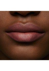 MAC - POWDER KISS LIQUID LIPCOLOUR - Rouge à lèvres liquide - over the taupe - 6