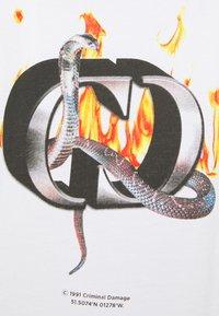 Criminal Damage - SNAKE LOGO TEE - T-shirt med print - white - 5