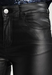 Pieces - PCFIVE COATED - Jeggings - black - 3