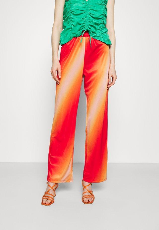 CISALO PANTS - Kalhoty - red fade