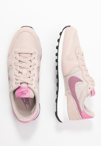 Nike Sportswear - INTERNATIONALIST - Matalavartiset tennarit - fossil stone/plum dust/magic flamingo/summit white - 3