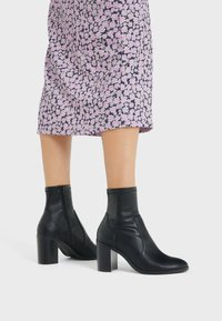 Bershka - ENG ANLIEGENDE - High heeled ankle boots - black - 0