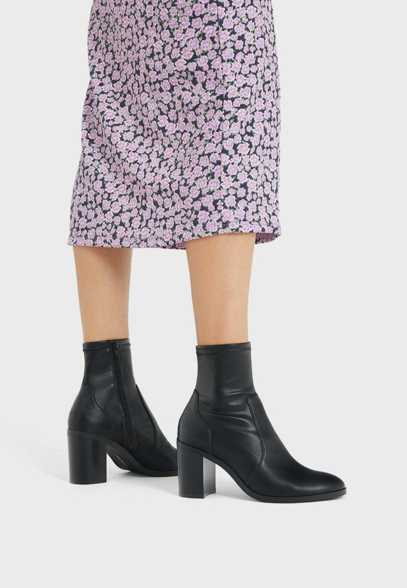 Bershka - ENG ANLIEGENDE - High heeled ankle boots - black