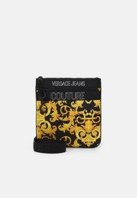 Versace Jeans Couture - UNISEX - Bandolera - black/gold - 1