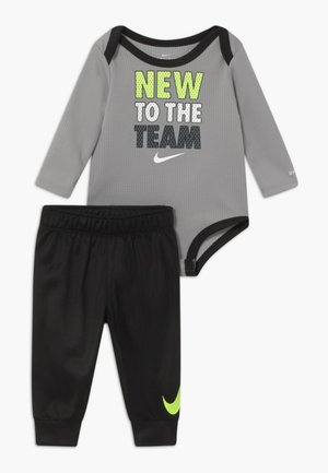 NEW TOTHE TEAM SET - Trousers - black