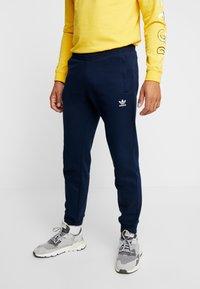 adidas Originals - TREFOIL PANT UNISEX - Teplákové kalhoty - collegiate navy - 0
