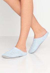 Crocs - CLASSIC ROOMY FIT - Domácí obuv - mineral blue - 0