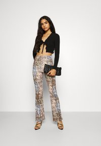 Missguided - SLINKY SNAKE PRINT FLARE TROUSER - Trousers - green - 1