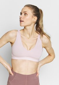Nike Performance - FAVORITES NOVELTY BRA - Reggiseno sportivo - plum chalk/barely rose - 4