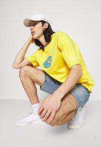 adidas Originals - DOH TEE - T-shirt med print - super yellow - 3