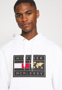 Tommy Hilfiger - ICON EARTH BADGE HOODIE - Sweatshirt - white - 3