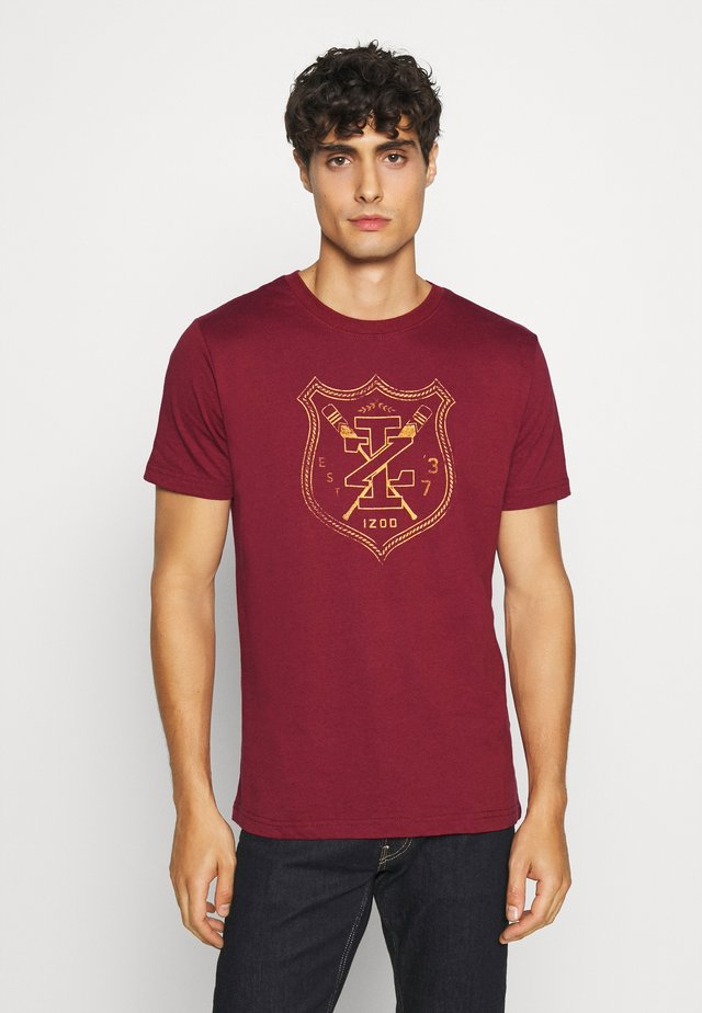 ROVER SHIELD TEE - Camiseta estampada - merlot