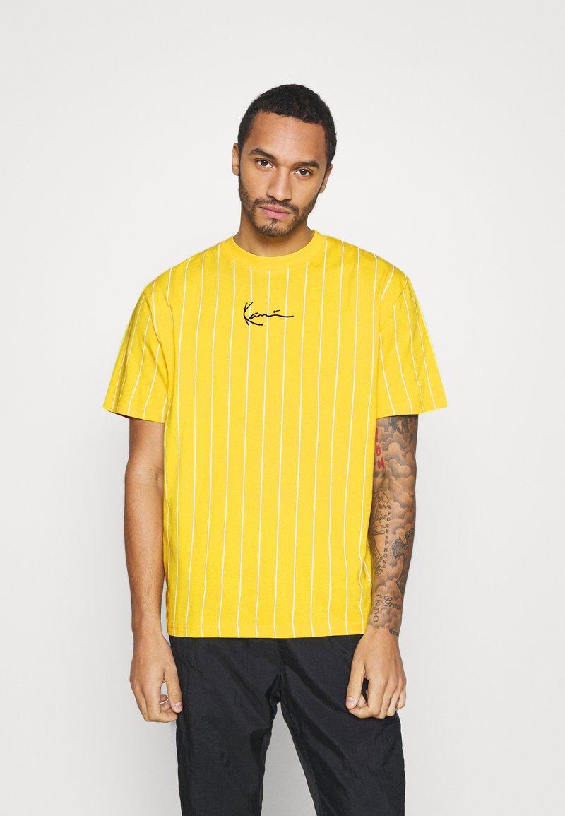 Karl Kani - SMALL SIGNATURE PINSTRIPE TEE UNISEX - Print T-shirt - yellow/white