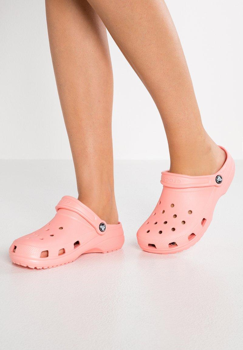 Crocs - CLASSIC - Pantoffels - melon