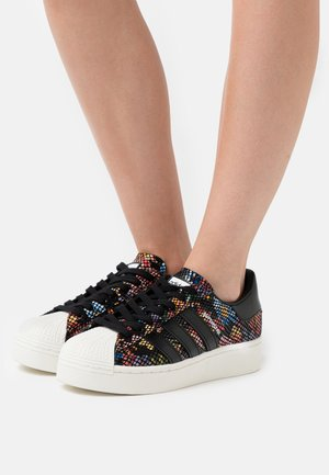 SUPERSTAR SPORTS INSPIRED SHOES - Baskets basses - core black/offwhite/scarlet