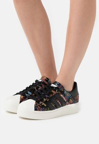 adidas Originals - SUPERSTAR SPORTS INSPIRED SHOES - Trainers - core black/offwhite/scarlet - 3