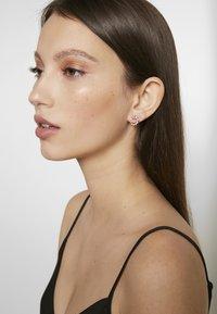 Olivia Burton - BEJEWELLED BEE SWIRL HOOP EARRINGS - Korvakorut - roségold-coloured - 1