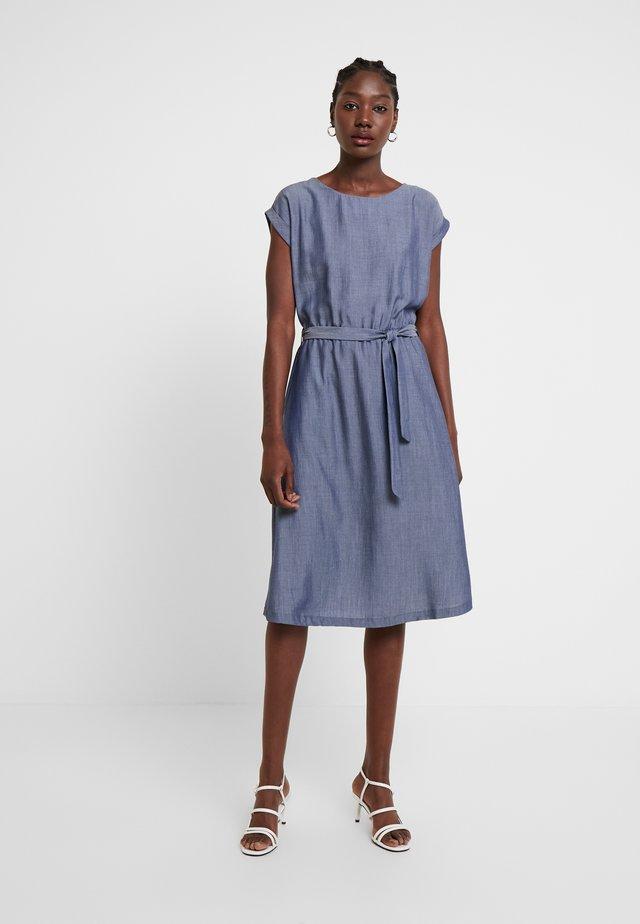 BETTY LOOSE FIT - Denimové šaty - blue