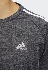 adidas Performance - OWN THE RUN 3-STRIPES CREW SWEATSHIRT - Fleece jumper - grey - 5
