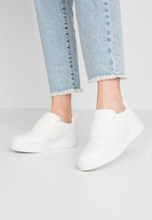 DETAIL FLATFORM TRAINER - Slippers - white