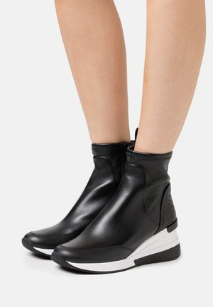 KINSEY - Zapatillas altas - black