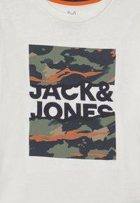 Jack & Jones Junior - JORCAMERON CREW NECK  - T-shirt con stampa - cloud dancer - 2