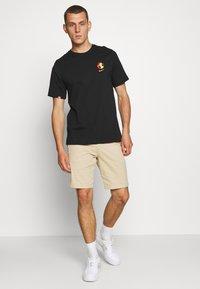 Nike Sportswear - M NSW WORLDWIDE GLOBE  - T-shirt imprimé - black - 1