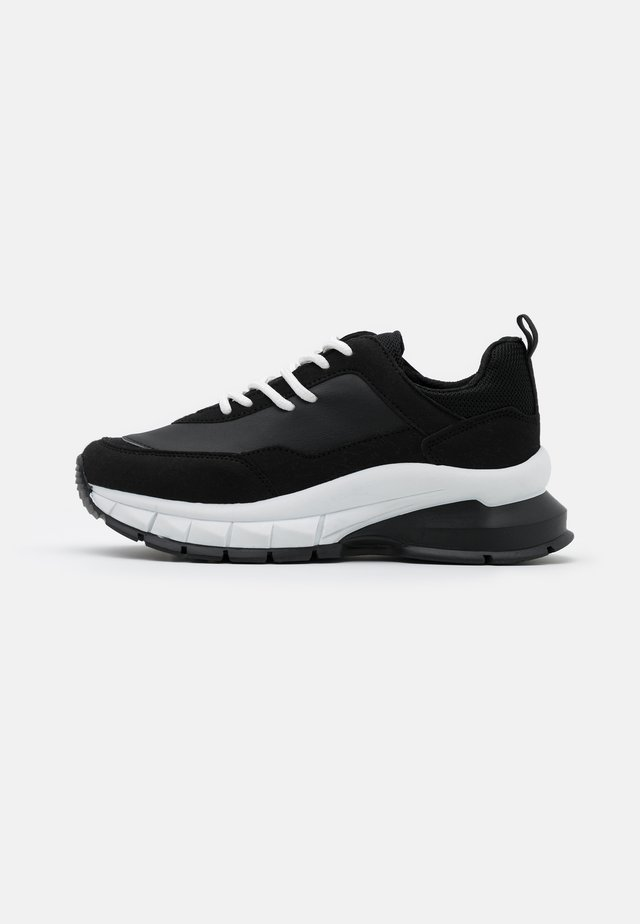 DIVIDED CONTRAST RUNNER - Trainers - white/black