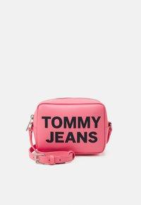 Tommy Jeans - ESSENTIAL CAMERA BAG - Taška spříčným popruhem - pink - 0
