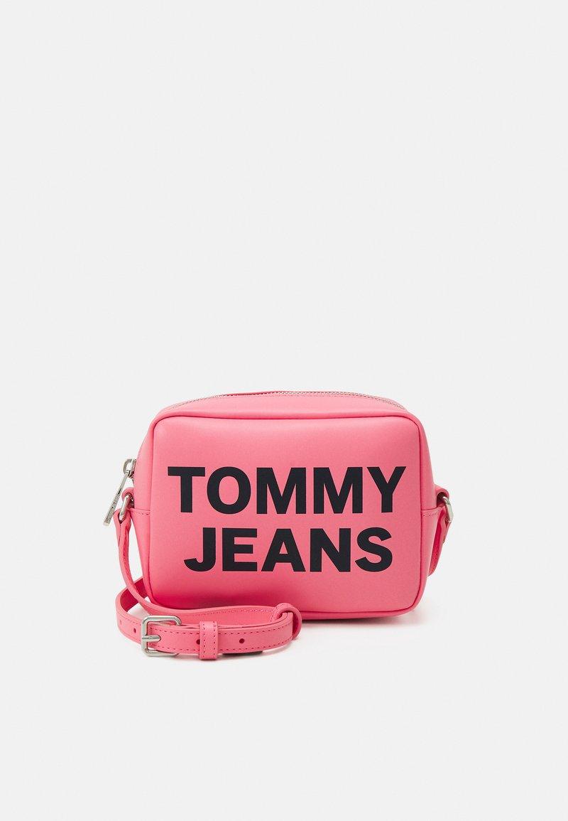 Tommy Jeans - ESSENTIAL CAMERA BAG - Taška spříčným popruhem - pink