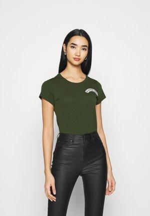 ARCH LOGO SLIM - T-shirts med print - dark algae