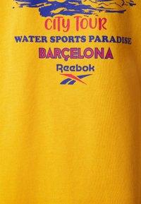 Reebok Classic - SOUVENIR TEE - Print T-shirt - fierce gold - 2