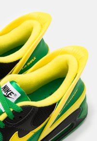 Nike Sportswear - AIR MAX 90 FLYEASE UNISEX - Tenisky - black/yellow strike/green/black - 5