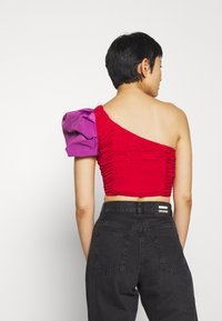 Who What Wear - THE ONE SLEEVE PARTY - Blusa - crimison/violet - 2